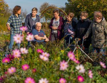 Sabine Kotzan mit Bewohnern von St. Bernardin Foto: Christoph Reichwein